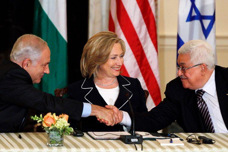 De Palestijnse president Mahmoud Abbas (rechts) en premier Benjamin Netanyahu van Israël (links) bij de opening van nieuwe vredesbesprekingen. In het midden Hillary Clinton, de Amerikaanse minister van Buitenlandse Zaken (AP) Beeld null