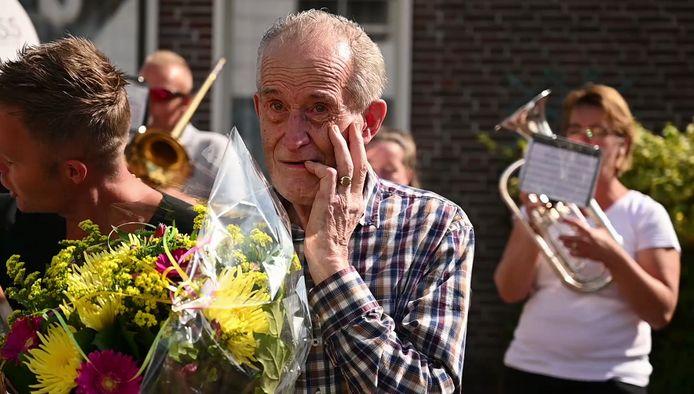 Dorpsbakker Teun (84) werd door heel Aarlanderveen verrast vanwege zijn 70-jarig jubileum.