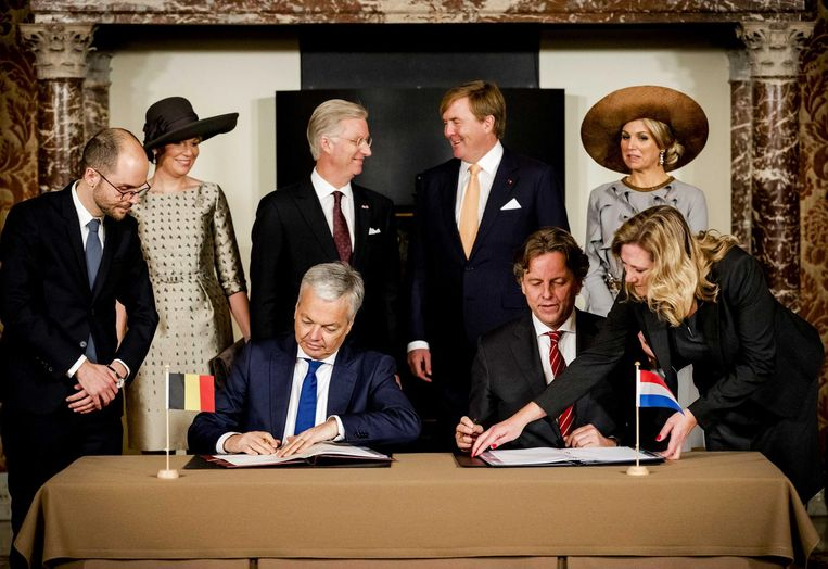 Bezoek van de Belgische koning en koningin aan Nederland. De ministers Reynders en Koenders tekenen aan tafel het Verdrag Grenscorrectie. Beeld anp