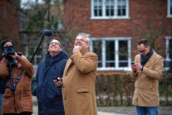 De initiatiefnemers kijken naar het overvliegende vliegtuig, gefilmd door de bekende documentairemaker Frans Bromet (links).