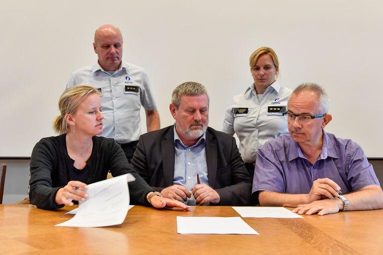 Burgemeesters Katja Gabriëls (Berlare), Herman Vijt (Hamme) en Patrick Poppe (Zele) ondertekenen de overeenkomst.