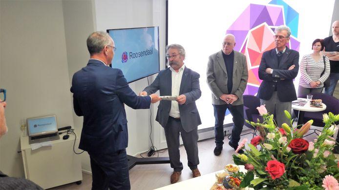 Citymarketeer Roland Jurriëns krijgt een cadeau van wethouder Cees Lok bij de opening van het kantoor aan de Markt in maart van dit jaar.