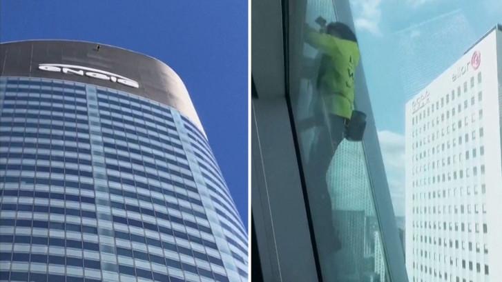 Bizar: man beklimt 145 meter hoog gebouw zonder zekering