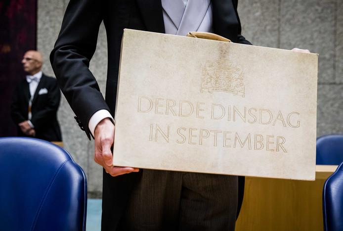 Minister Wopke Hoekstra van Financiën presenteert in de Tweede Kamer het koffertje met de rijksbegroting en Miljoenennota.