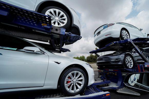 Tesla-auto's op een vrachtwagen in Los Angeles.