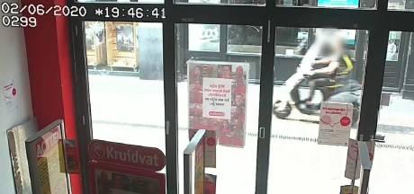 Scooterrijder rijdt wijkagent Otto in centrum Tiel omver: 'Hij reed zo tegen mijn fiets aan'