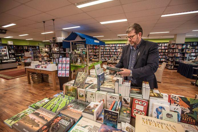 Hans van Gennep in boekhandel de Ganzenveer in Helmond