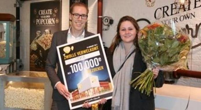 Joyce Spijker kreeg als 100.00e bezoeker een jaarabonnement van Pathé. Eigen foto