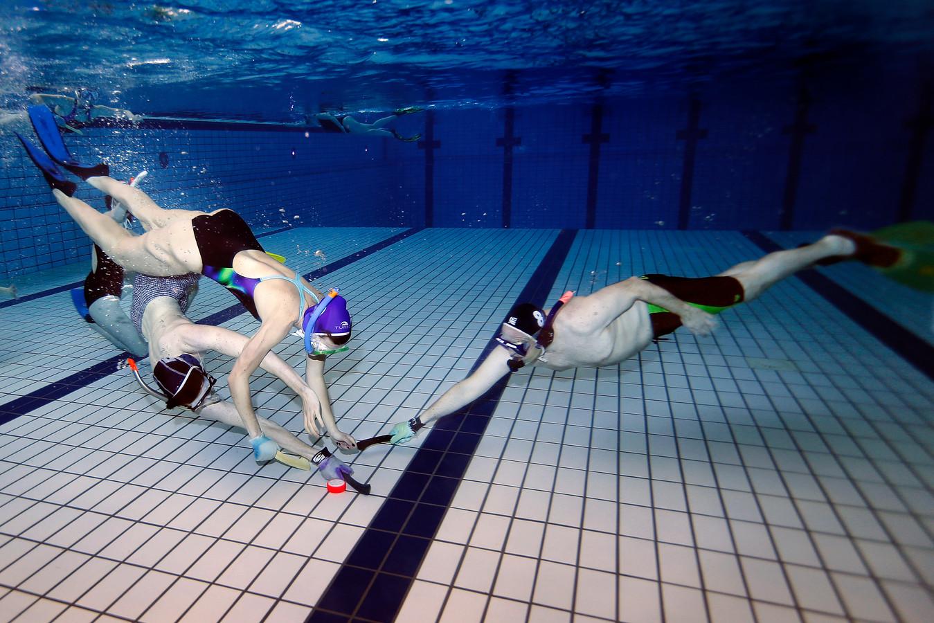 Onderwaterhockey: in het begin dacht ik: ik ga stikken foto ad.nl