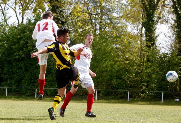 Nieuw Namen 20170430 Hulsteloo aanvaller Tom van der Waard no12 scoort 3-0 tegen Hoofdplaat, Dim de Waal (rechts) assisteert verdediger van Hoofdplaat Elroy Verstraeten probeert te verhinderen