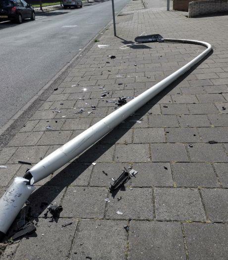 Lantaarnpaal uit grond gereden in Hengelo, bestuurder nog spoorloos