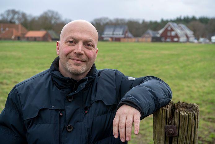 Voorzitter Robbin Hutten van Plaatselijk Belang Witharen bejubelt de bouw van elf nieuwe huizen. ,,De kans is nu wat groter dat de school leerlingen behoudt.''