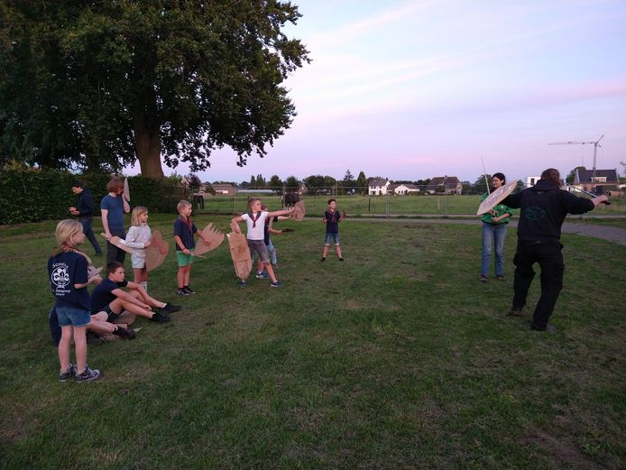 Scouts van de St. Jansgroep vermaken zich op het scoutingterrein in Elshout met allerhande activiteiten.