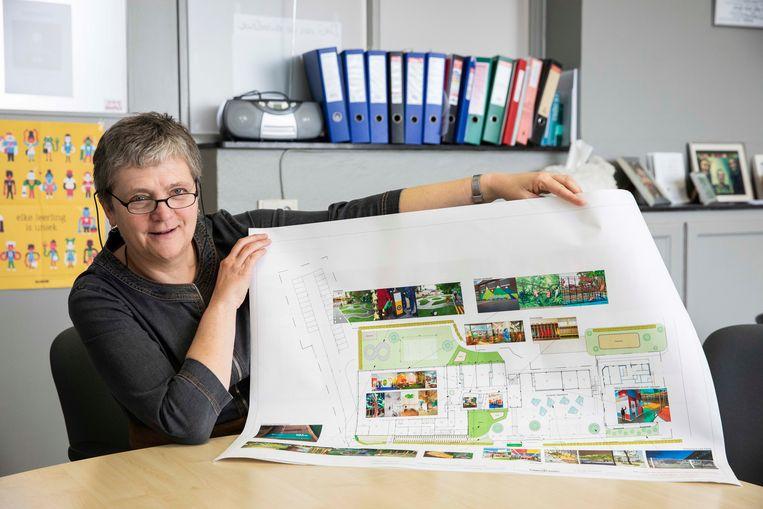 Directrice van Mater Dei Marijke Vanhoenshoven met de plannen voor de renovatie en inrichting van de basisschool die van de minister een toelage van een miljoen euro bekomt.