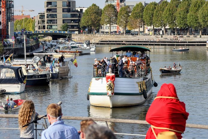 De Gentse Barge komt aan in de haven van Portus Ganda.