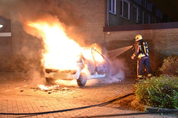 Aan de Dokter Hamburgerlaan in Boskoop is vannacht een auto volledig uitgebrand.