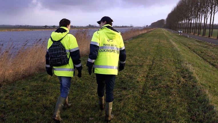Dijkinspecteurs van het waterschap Hunze en Aa inspecteren vandaag de doorweekte dijk langs het Eemskanaal bij het Groningse Woltersum. Beeld anp