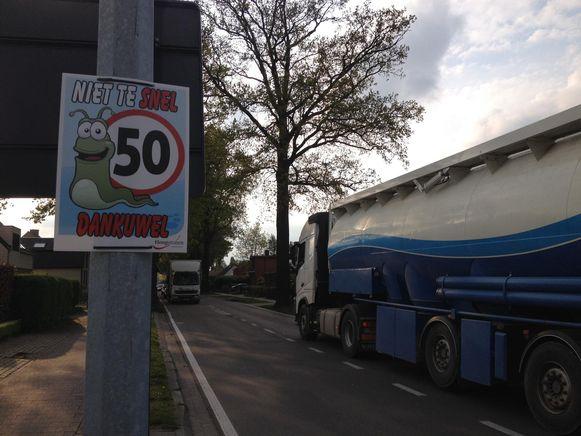 In de John Lijsenstraat hangen al affiches om bestuurders op hun snelheid te wijzen.