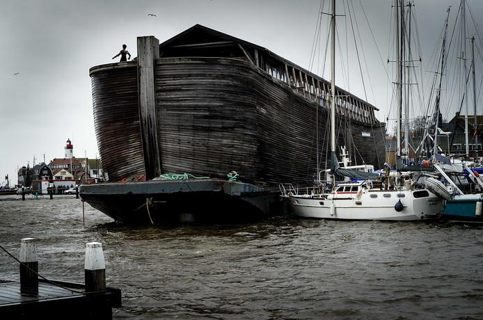 Museumboot De VerhalenArk is door de storm in de haven van Urk van zijn ligplaats losgeslagen, en heeft daarbij een aantal plezier vaartuigen beschadigd.