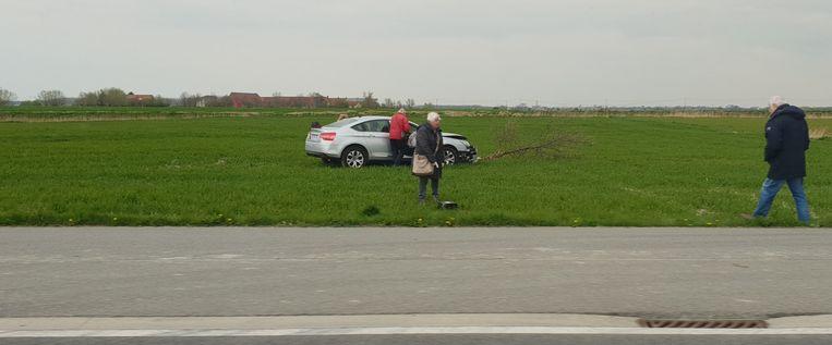 De auto reed op de Torhoutsesteenweg in Leffinge, ramde een boompje en sleurde het mee tot in een weiland. Er vielen geen gewonden.