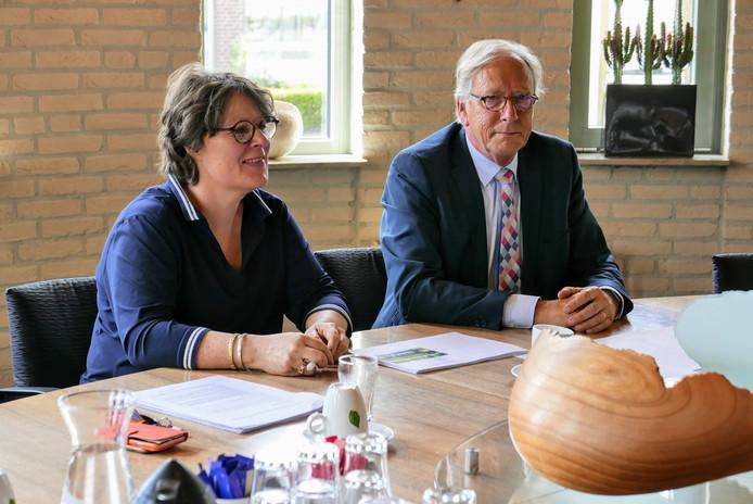 Waarnemend burgemeester Yves de Boer en wethouder Carine Blom lichten namens de colleges van Haaren, Tilburg, Oisterwijk, Boxtel en Vught het herindelingsadvies voor de gemeente Haaren toe.