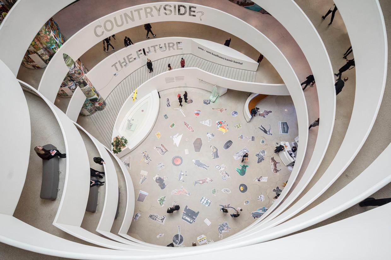 De vloer van het Guggenheim Museum in New York, bij de tentoonstelling Countryside, The Future, van Rem Koolhaas en de denktank AMO. Beeld Laurian Ghinitoiu