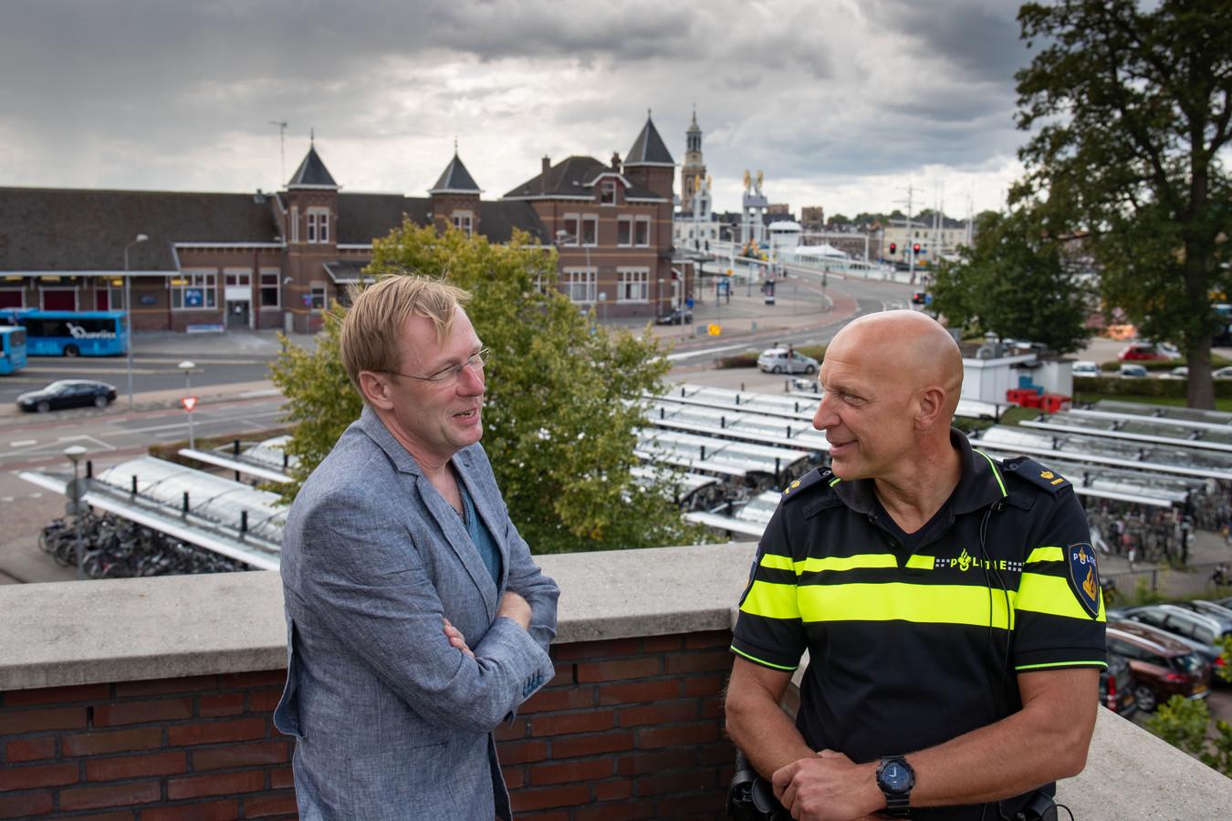 Jonn van Zuthem en teamchef politie IJsselland-Noord Johan Ekkel (rechts) gaan een boek maken over de jaarwisseling in de regio Kampen van de afgelopen decennia.