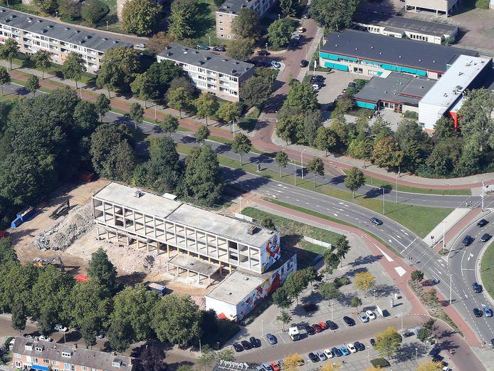 Het oude Grafisch Lyceum aan de Karel de Grotelaan/Humperdincklaan tijdens de sloop. Voor dit terrein, de naastgelegen voormalige Internationale School (niet op de foto) en het plein voor de winkels (onder) maakt Woonbedrijf met ontwikkelaar en aannemer Heijmans een woningbouwplan.