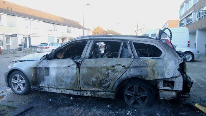 De auto brandde volledig uit aan de Tamboerijn in Den Bosch.