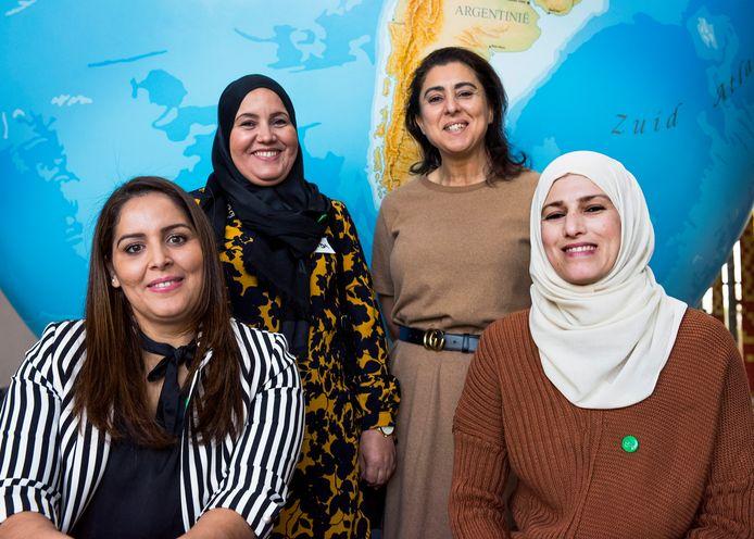 Utrecht - Faboua (links), Hoda, Hanan en Hanan zijn deel van een groep vrouwen uit Kanaleneiland die is opgeleid tot ambassadeur van een project die andere vrouwen uit de wijk de weg wijzen naar een gezonder leven (Foto Marnix Schmidt)