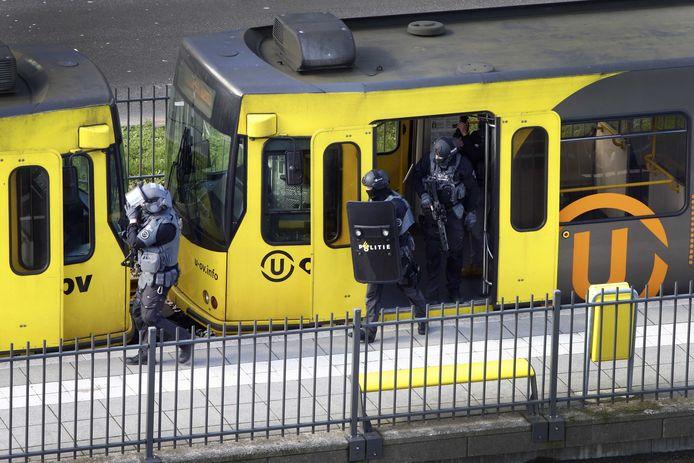 Het arrestatieteam doorzoekt de tram waarin Gökmen Tanis schoot.