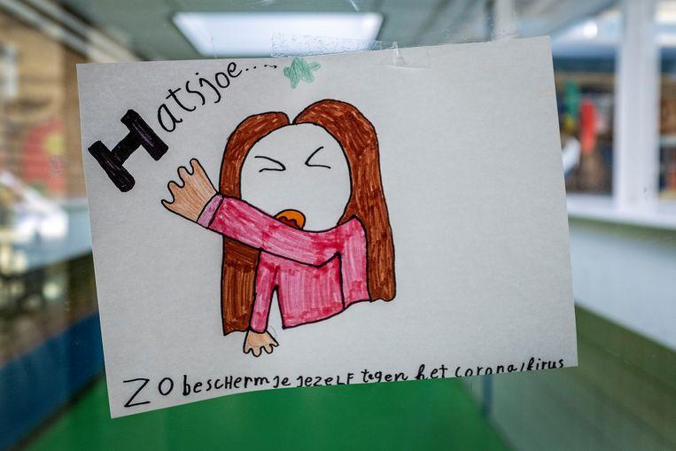 In basisschool De Windroos in Zaandam hangen tekeningen van leerlingen over het coronavirus. Beeld Patrick Post