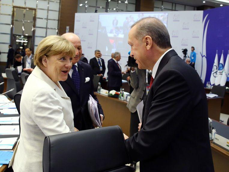 De Duitse bondskanselier Merkel in gesprek met de Turkse president Erdogan. Beeld afp