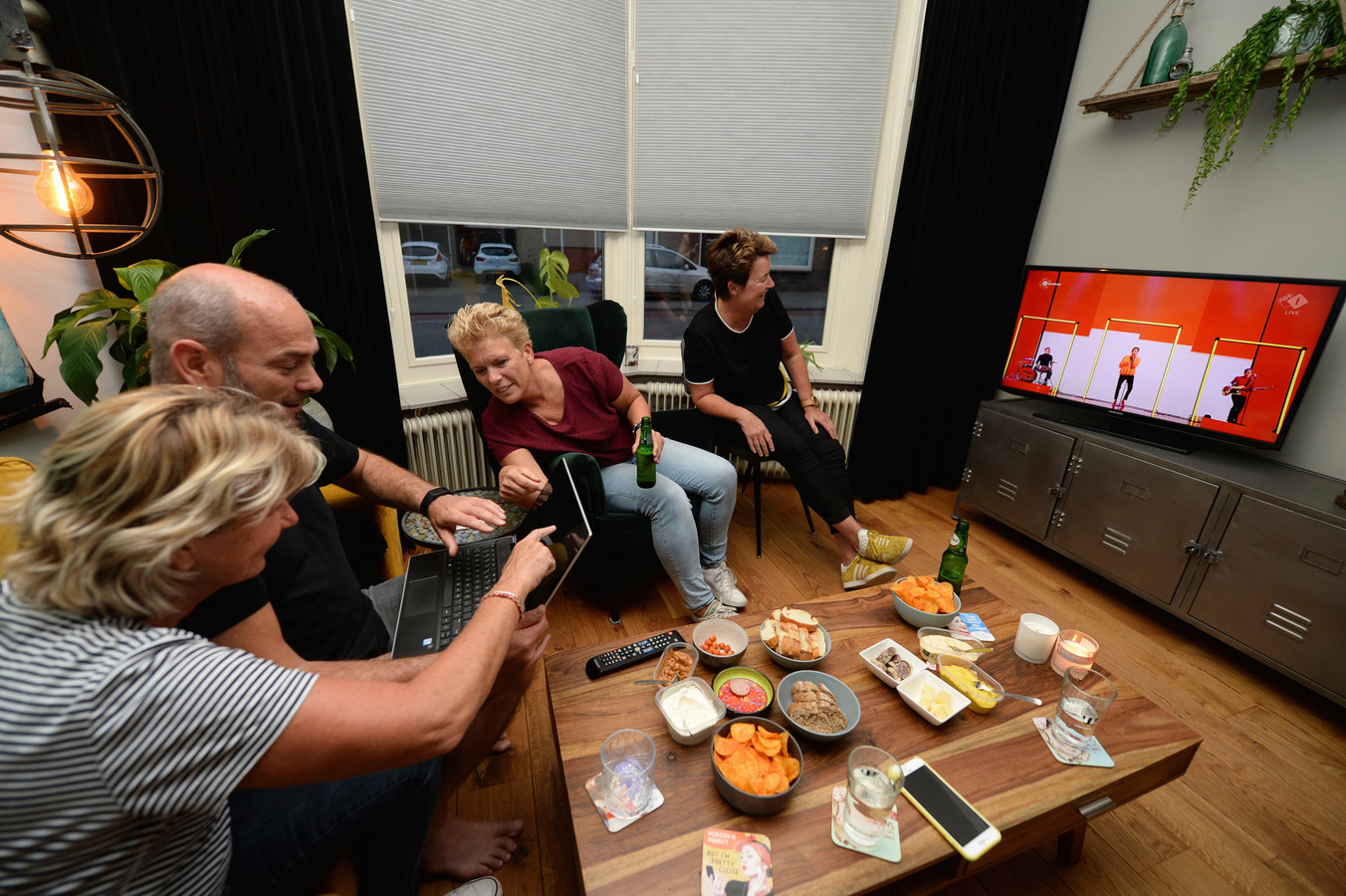 Jenny, Douwe, Ingrid en Cindy speculeren op hotelkamers onder de finale