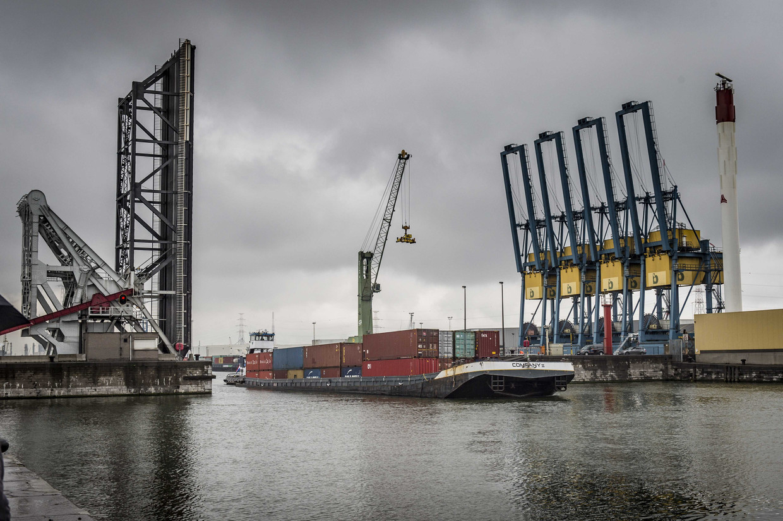 Een schip met containers in de haven van Antwerpen.
