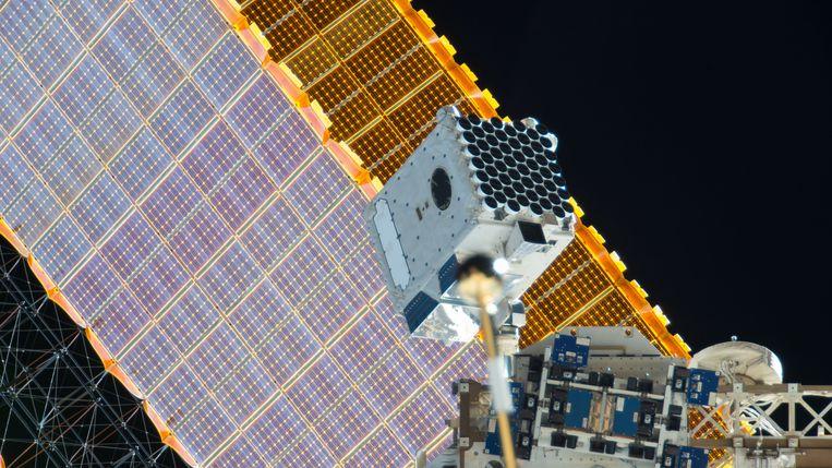 De NICER-röntgentelescoop, met op de achtergrond een van de zonnepanelen van het ruimtestation ISS. Beeld NASA