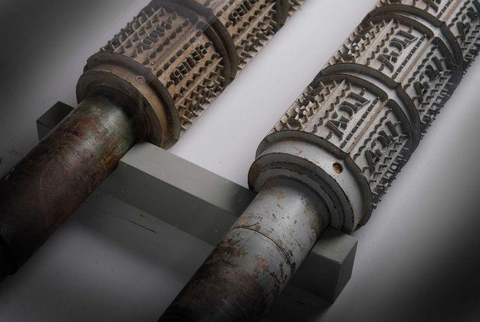 Twee voorwerpen uit het Tongerlohuys die onlangs in het nieuws waren: vormwalsen uit de LiGa-fabriek in Roosendaal.