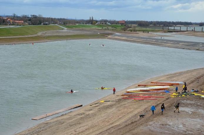 Roeiers maken zich klaar om uit te varen in de Spiegelwaal.