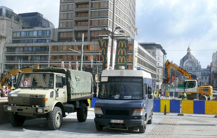 Militaire en politie wagens buiten het Centraal Station in Antwerpen