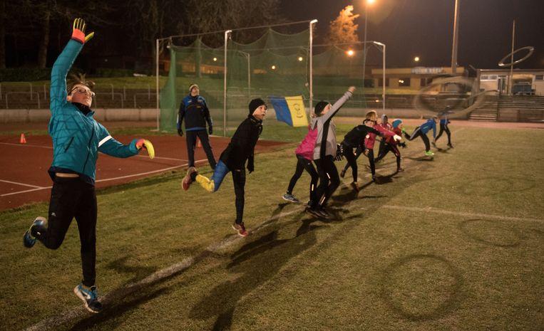 De jeugd van Zottegem Atletiek tijdens een training gisterenavond.