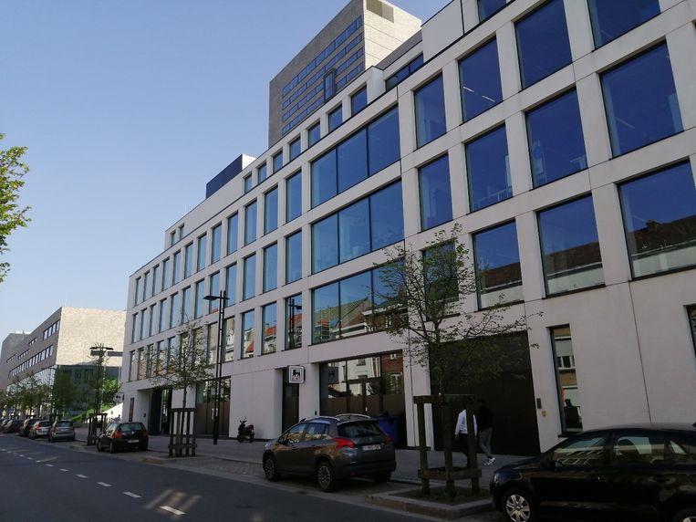 In dit gebouw moesten boven de Proxy Delhaize ook appartementen zijn voorzien, nu zijn het enkel kantoren