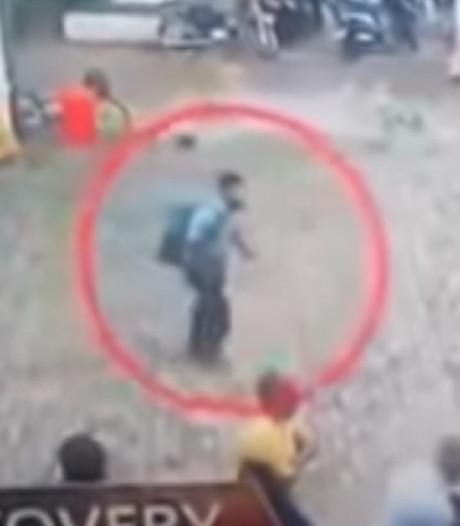 Nieuwe beelden tonen hoe aanslagpleger Sri Lanka overvolle kerk binnenloopt