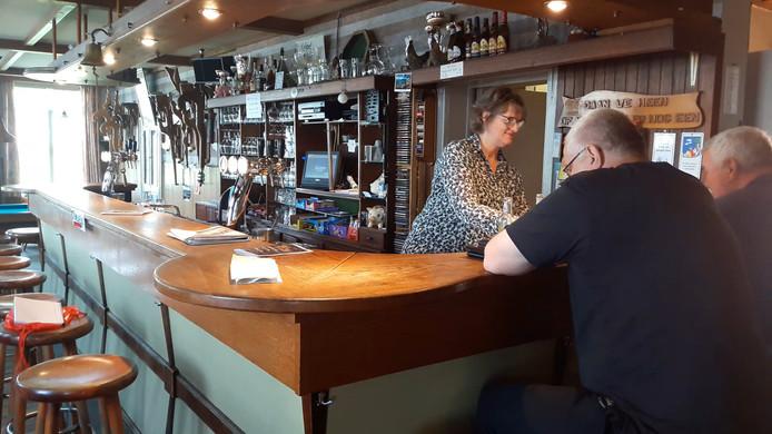 Europeser kan eigenlijk niet: de stemlocatie bij Café In Holland in Castelré ligt misschien wel het dichtst tegen de grens met de zuiderburen aan.