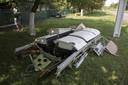 Stukken van het vliegtuig vielen midden in het dorpje neer.