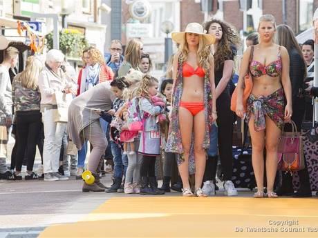Enkele duizenden naar eerste modeshow Oranjestraat Almelo