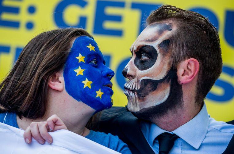 Betogers tegen de verlenging in Brussel. Beeld null