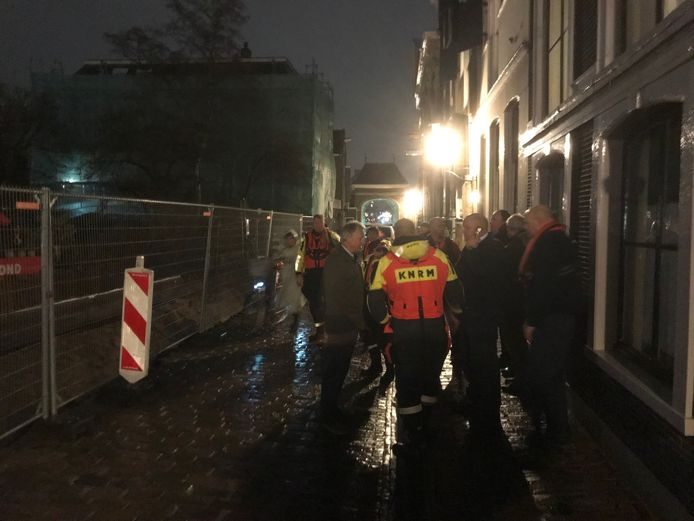 Hulpdiensten zijn opgeroepen voor een schip in de problemen op het Maartensgat bij Dordrecht.