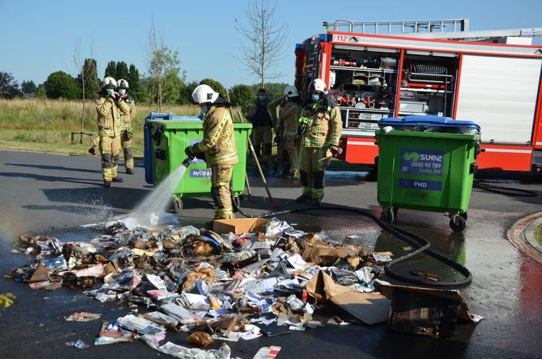 De pompiers haalden de container leeg om na te blussen.