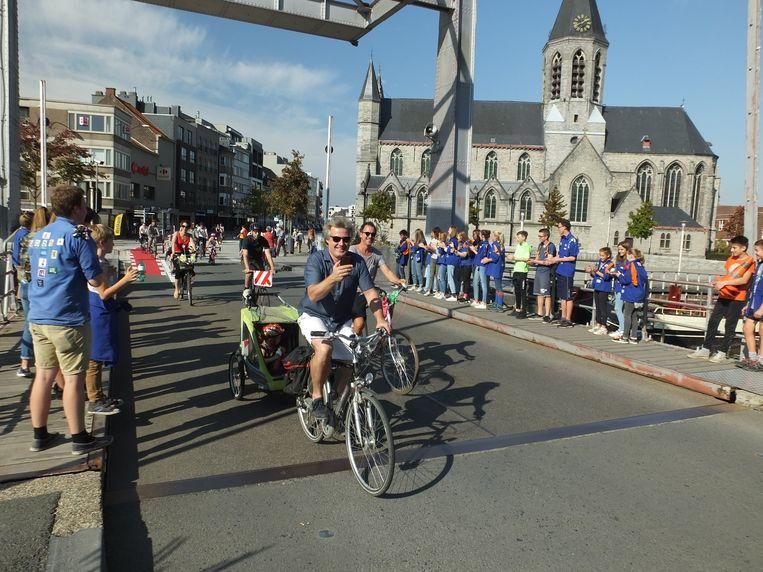 Op de Tolpoortbrug werden de fietsers aangemoedigd door leden van KSA Deinze.
