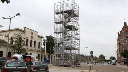 Wat doet die toren aan het station?